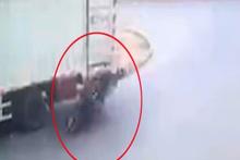 Çin'de motosikletli şahıs kamyona böyle çarptı