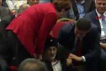 Yaşlı gazi Meral Akşener'in önüne oturunca...