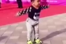 Sosyal medya bu çocuğun dansını konuşuyor!