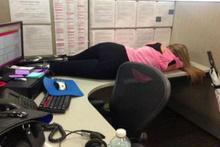 Kamuda uyuyan çalışanları fotoğraflarla ifşa etti sonra bakın ne oldu