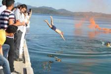 Lise öğrencileri diplomalarını yüzerek aldı