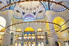 Çamlıca Camii'ne 7 tonluk avize asıldı