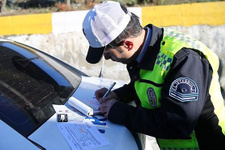 Polis, 33 bin TL ceza kestiği 3 sürücüye baklava ikram etti