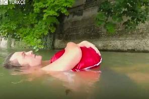 İşe her gün 2 kilometre yüzerek gidiyor