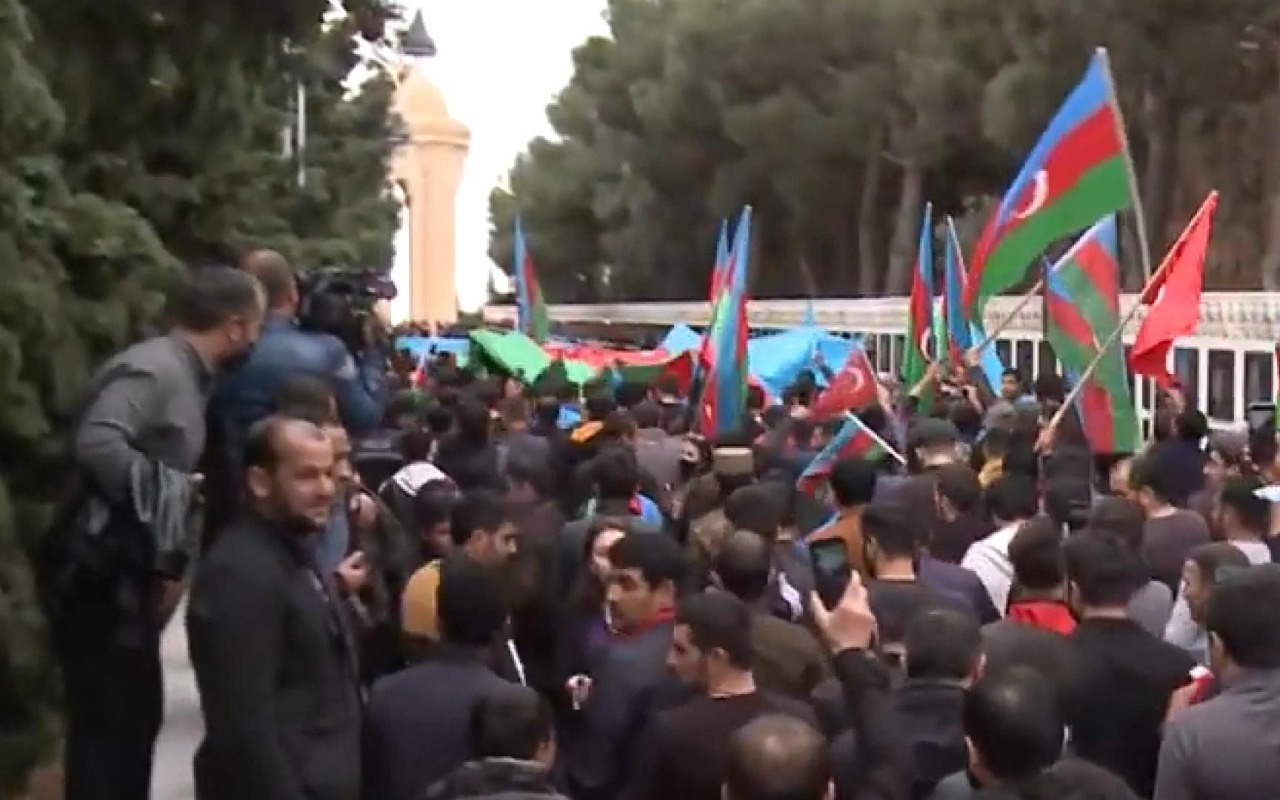 Azerbaycanlılar Bakü Şehitler Hiyabanı'na akın etti