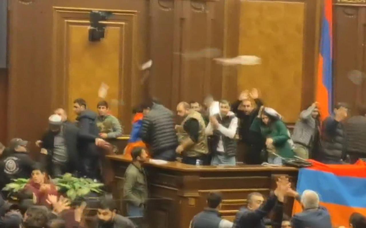 Ermenistan'da Paşinyan protestoları! Hükümet binasında protesto düzenledi