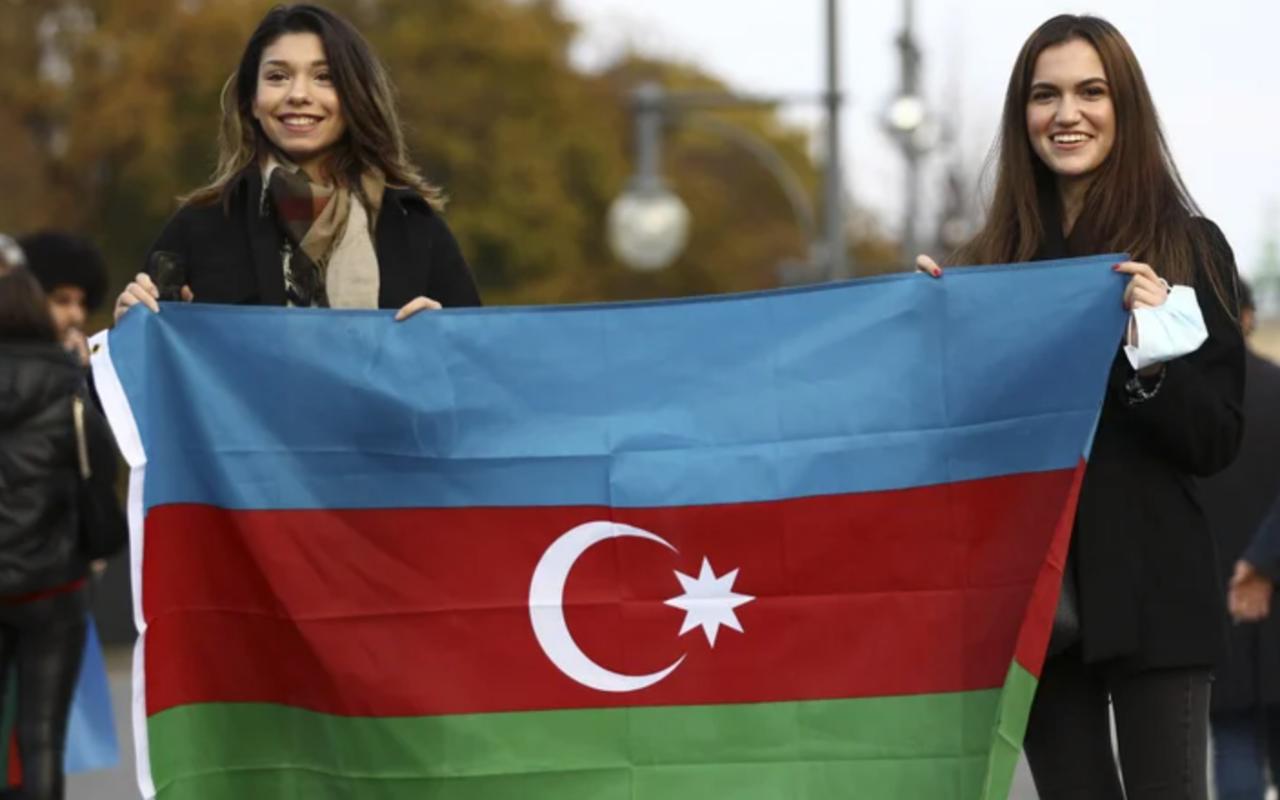 Azerbaycan'ın Dağlık Karabağ zaferi bayraklarla kutlandı! Alman polisi de kutlamalara eşlik etti.