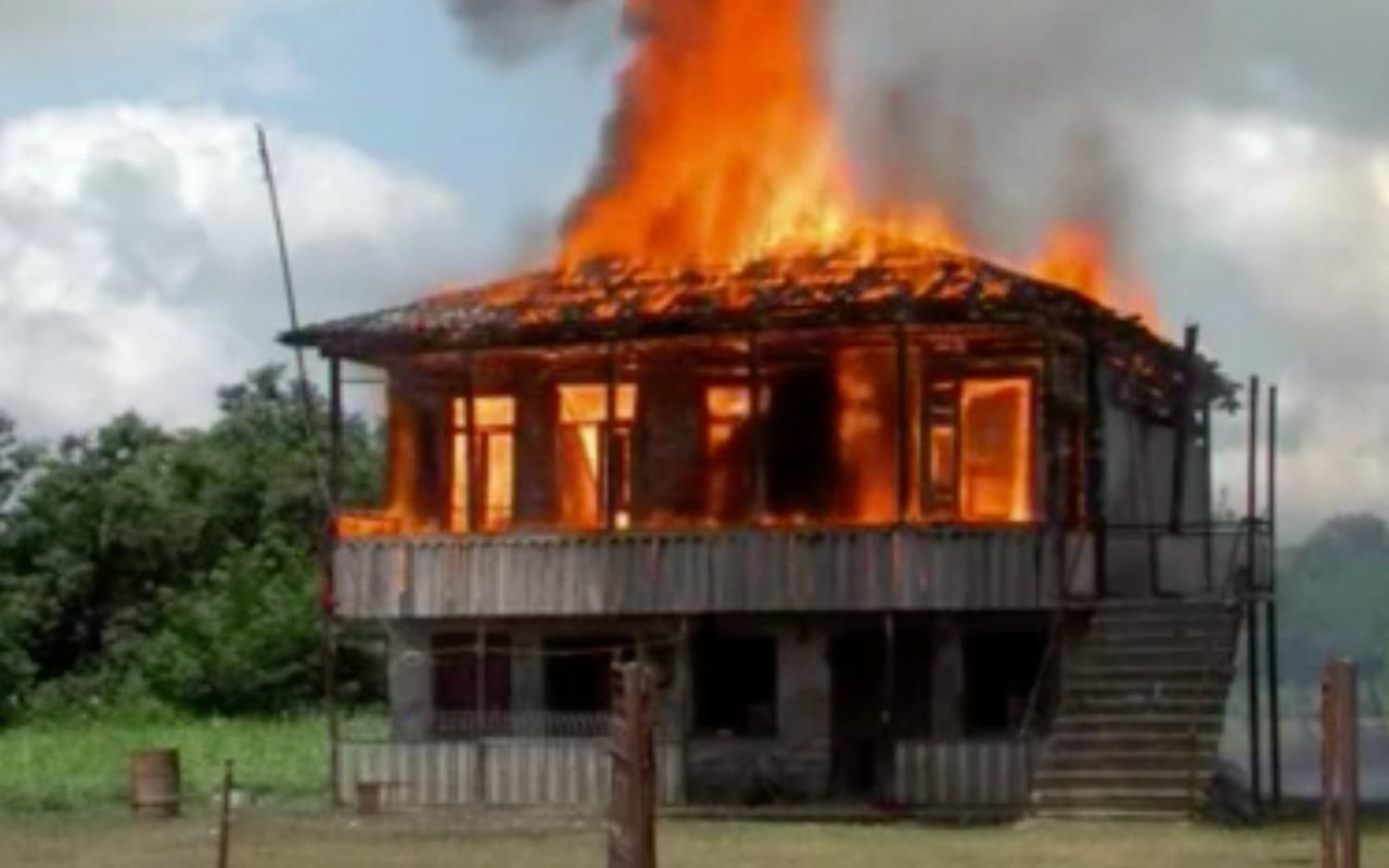 Köylüler evlerini yaktı! Baba-oğulun 8 yaşındaki kıza tecavüz etti