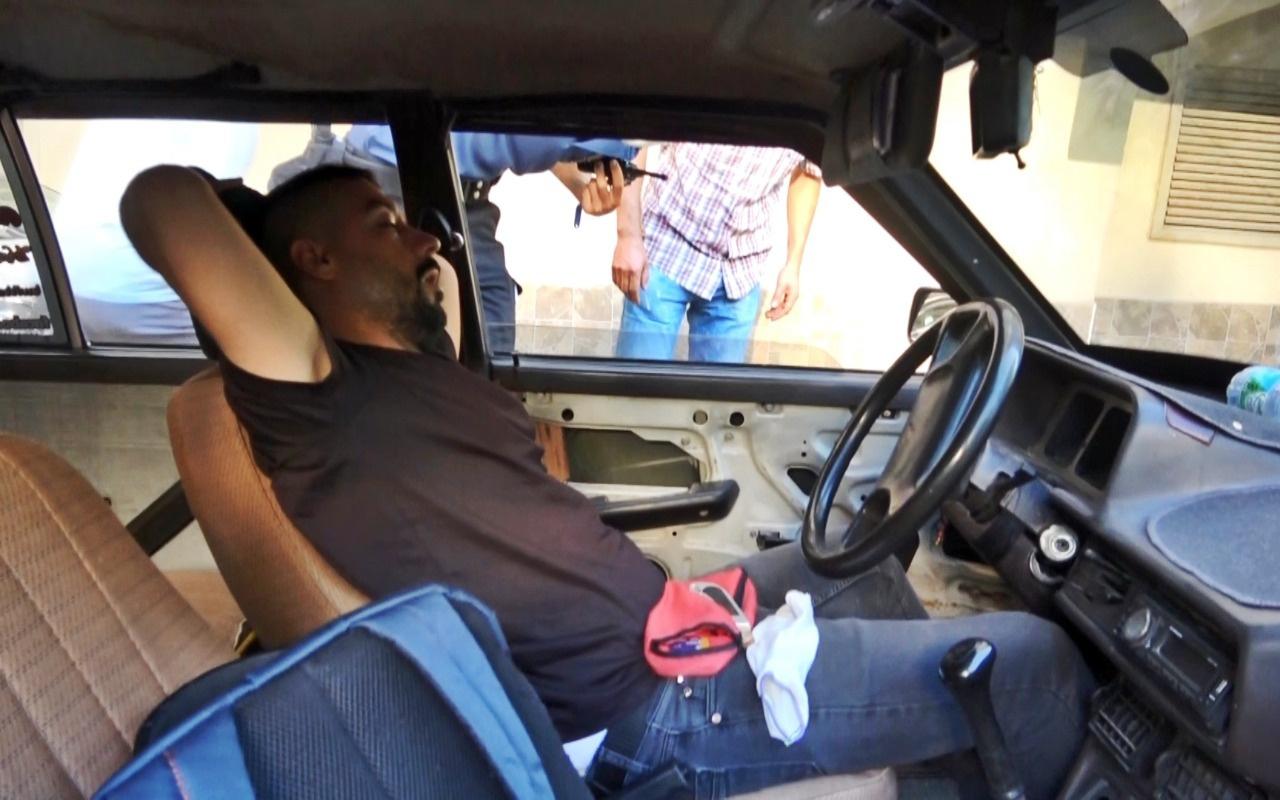 Otomobilde uyurken yakalandı; 'Ne yapıyorsun' sorusuna 'Uyumuşum' cevabını verdi