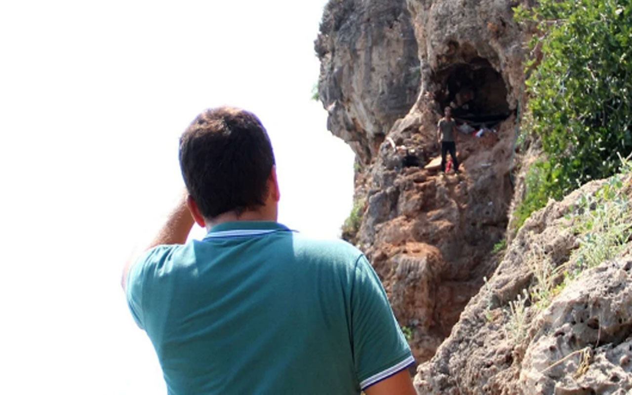 Falezlerdeki mağarada ölümle burun buruna yaşıyor! Zabıta ekipleri ulaşamadı