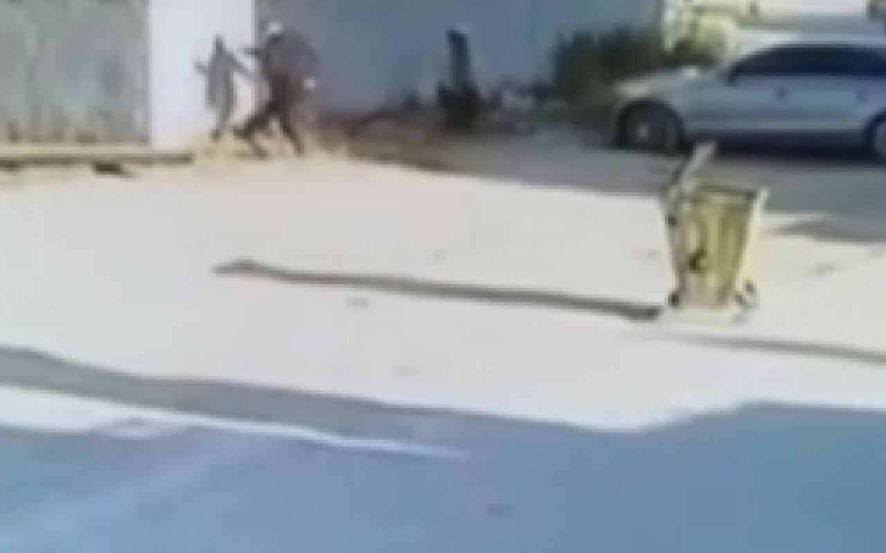 Kız kardeşinin videosunda gördüğü öğrenciyi tekme tokat dövdü