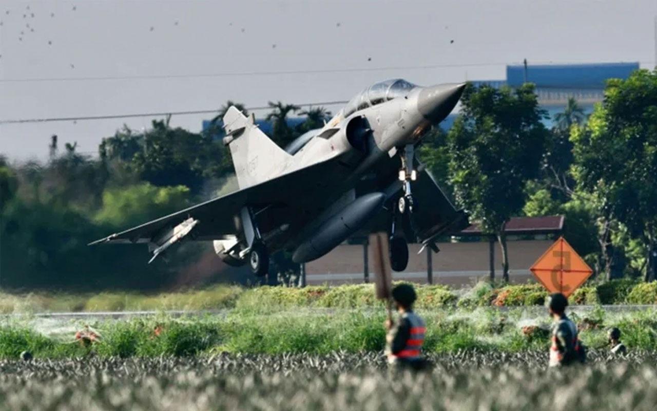 Evlerinin önüne savaş uçağı indi! Son fotoğraflar dünyayı şaşkına çevirdi