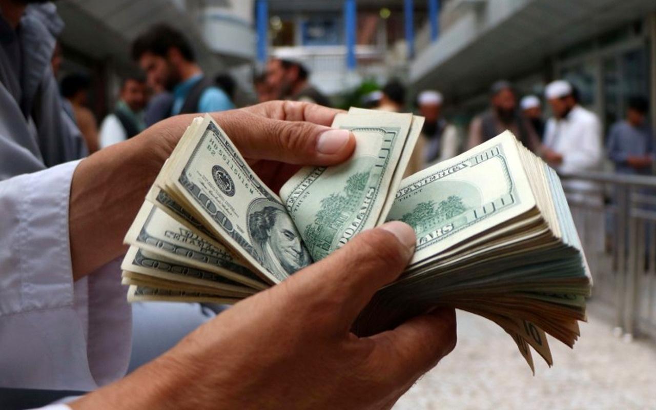 Elinde bir poşet dolarla bekledi! Görenler hayrete düştü