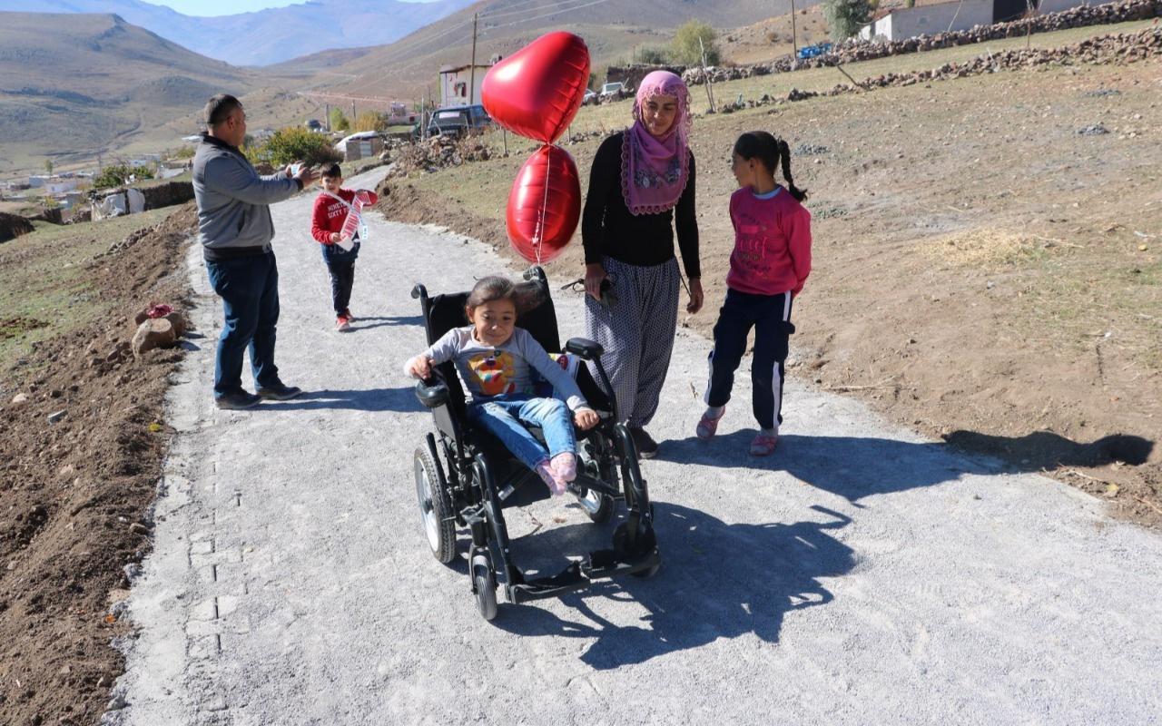 Elif, hem yola hem de akülü tekerlekli sandalyesine kavuştu